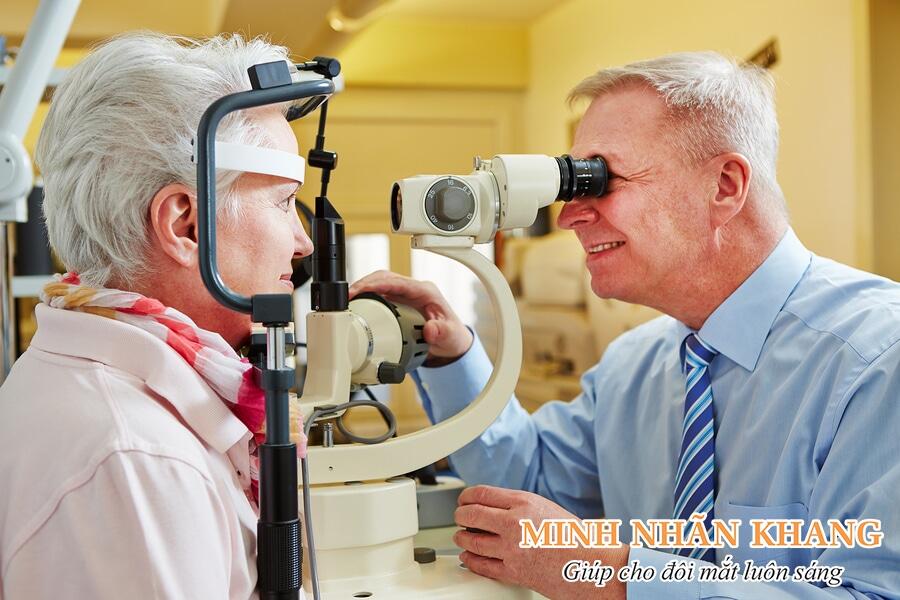Tái khám sau mổ glocom/mổ cườm nước để bác sĩ kiểm tra thị lực